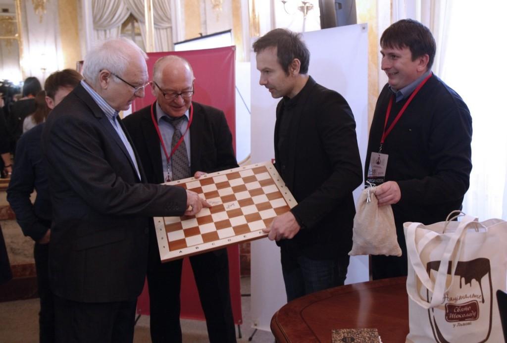The board with the signatures of Maria Muzychuk and Hou Yifan was presented to Sviatoslav Vakarchuk. Photo by Anastasiya Karlovich